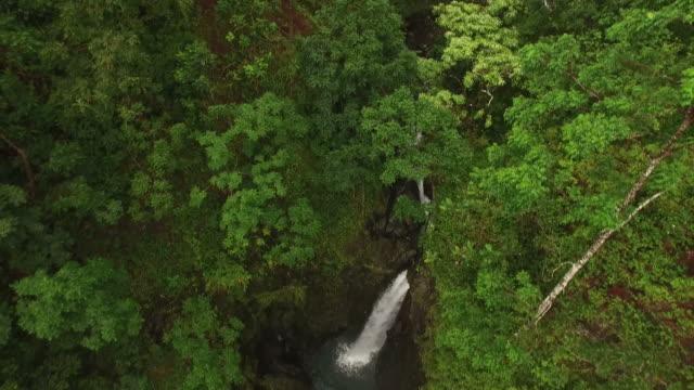 Senkung in Richtung versteckte Kaskaden auf Insel Maui