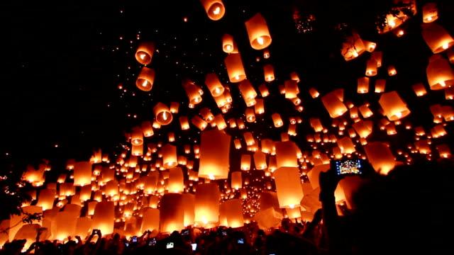 stockvideo's en b-roll-footage met loy krathong and yi peng festival, chiangmai, thailand. - elektrische lamp