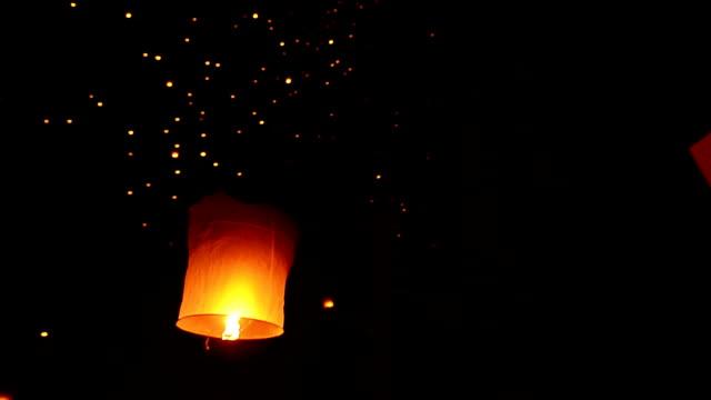 vídeos de stock e filmes b-roll de loy kratong festival and lantern lift off - lanterna de papel