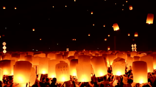stockvideo's en b-roll-footage met loy kratong festival and lantern lift off - ceremonie