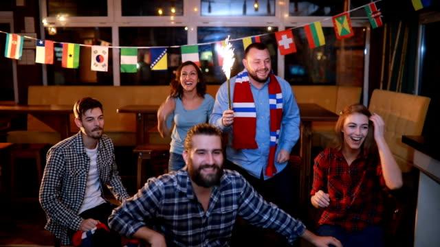 Trouwe fans zingen