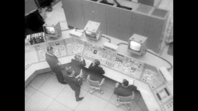 lt col virgil i grissom lt col edward h white roger b chaffee step out of a van at the nasa facility at cape canaveral as announcer explains they... - ed white astronaut bildbanksvideor och videomaterial från bakom kulisserna