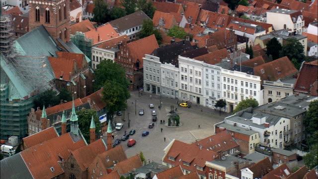 リューベック - 空中写真 - シュレスヴィヒ = ホルシュタイン州 kreisfreie シュタット リューベック、ドイツ - ドイツ点の映像素材/bロール