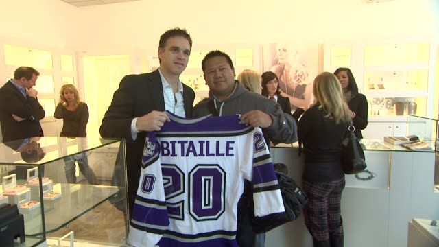 vídeos y material grabado en eventos de stock de luc robitaille at pandora and luc robitaille host holiday event in century city mall in los angles ca - luc robitaille