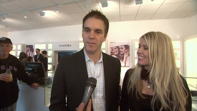 vídeos y material grabado en eventos de stock de luc robitaille stacia robitaille on the store opening and more at pandora and luc robitaille host holiday event in century city mall in los angles ca - luc robitaille