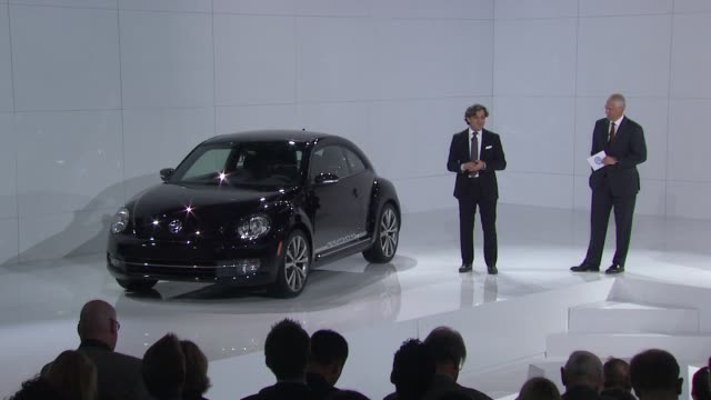 vídeos de stock, filmes e b-roll de luca de meo head of global vw marketing describes two of his favorite highlights that the new beetle offers at the us reveal of the 21st century... - cor de cabelo