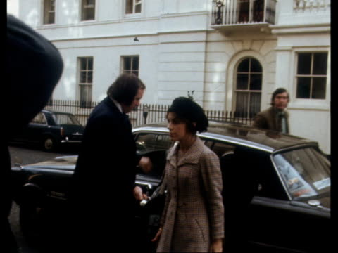 london lady lucan from car and into home to bv ekt 16mm itn nat - itv news at ten stock-videos und b-roll-filmmaterial