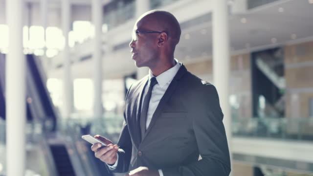 vídeos de stock, filmes e b-roll de felizmente seu itinerário está em seu dispositivo - só um homem