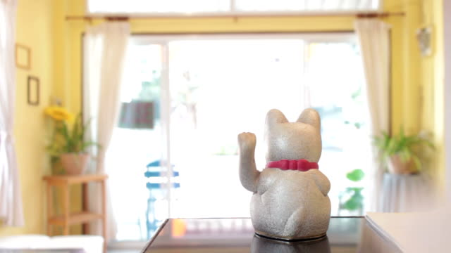 vídeos de stock e filmes b-roll de gato amuleto da sorte - acaso