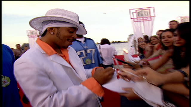 stockvideo's en b-roll-footage met ludacris signs autographs and walks the 2004 mtv video music awards red carpet in miami, florida - 2004