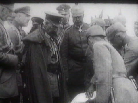 ludendorff planning military operation ludendorff talking to russian prisoners of war - erster weltkrieg stock-videos und b-roll-filmmaterial
