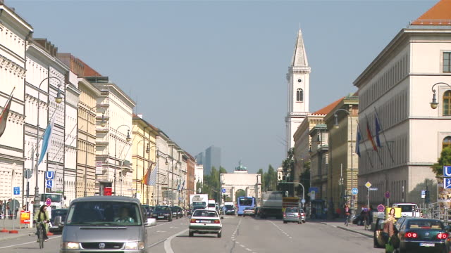 ws ludwigstrasse with siegestor and traffic / munich, bavaria, germany    - wop productions stock-videos und b-roll-filmmaterial
