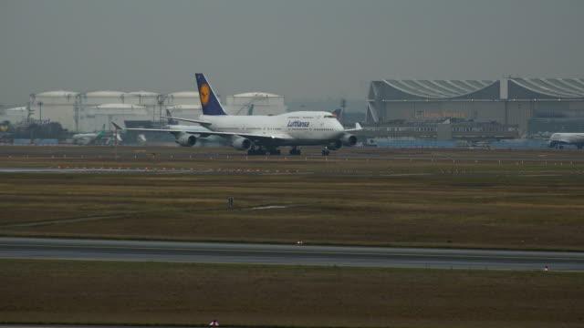 lufthansa boeing 747 at taxiway, frankfurt airport, frankfurt am main, hesse, germany - taxiway stock-videos und b-roll-filmmaterial