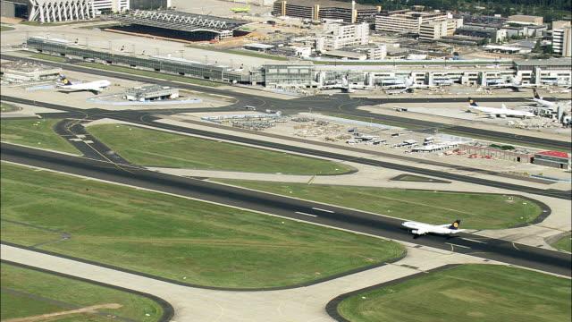 lufthansa-jet dem start vom flughafen frankfurt - luftbild - hessen, hubschrauber dreharbeiten, aerial video, cineflex, gründung schuss, deutschland - taxiway stock-videos und b-roll-filmmaterial