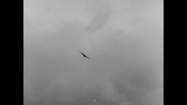 b/w luftwaffe air raid / rosyth, scotland, united kingdom - flugabwehr stock-videos und b-roll-filmmaterial