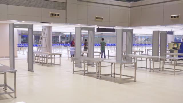 お荷物を空港チェックイン時の x 線機器 - 宝探し点の映像素材/bロール