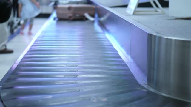 luggage line at airport - zaino da montagna video stock e b–roll