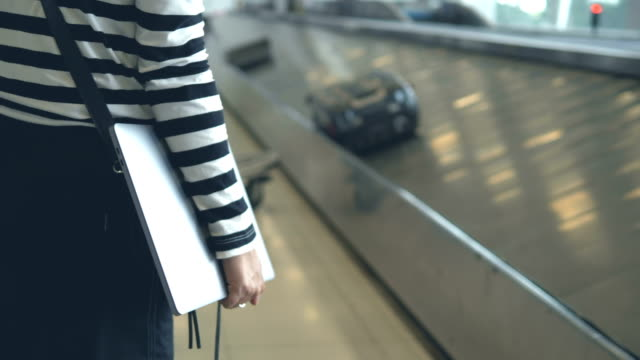 vídeos de stock e filmes b-roll de luggage on a conveyor belt at the airport - mala