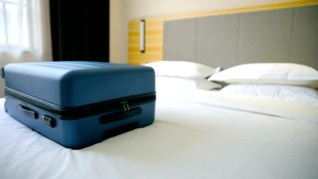 vídeos de stock e filmes b-roll de luggage on a hotel bed - feito pelo homem