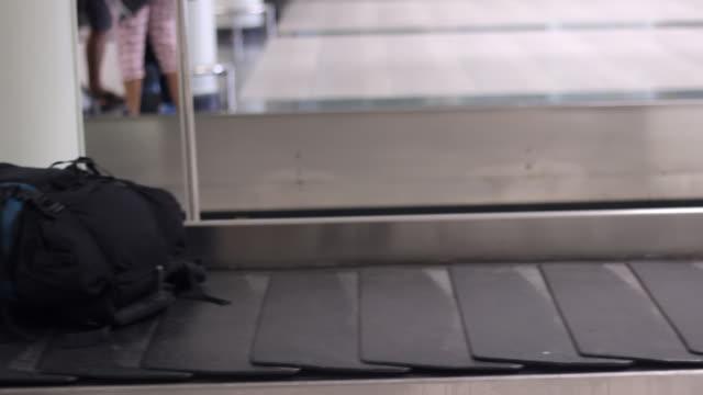 gepäck auf gepäckbandes am flughafen - rucksack stock-videos und b-roll-filmmaterial