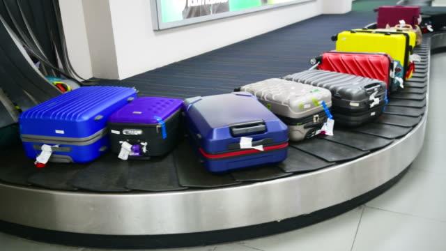 vídeos y material grabado en eventos de stock de equipaje en cinta transportadora de equipaje en el aeropuerto - equipaje