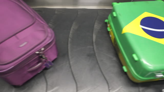 vídeos de stock, filmes e b-roll de luggage on the conveyor belt at and airport. - bagagem