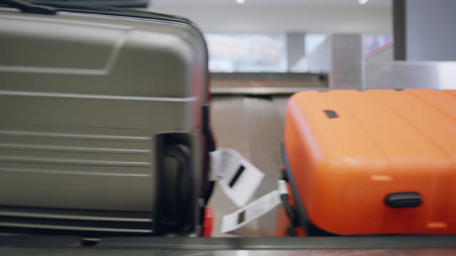 luggage passes by on conveyor belt in airport baggage claim. - 税関点の映像素材/bロール
