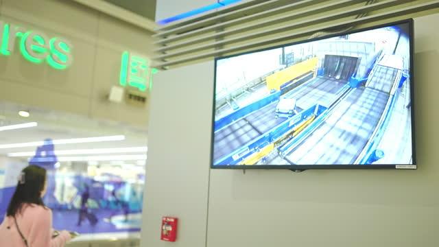 bagagli a raggi x - blocco stradale video stock e b–roll