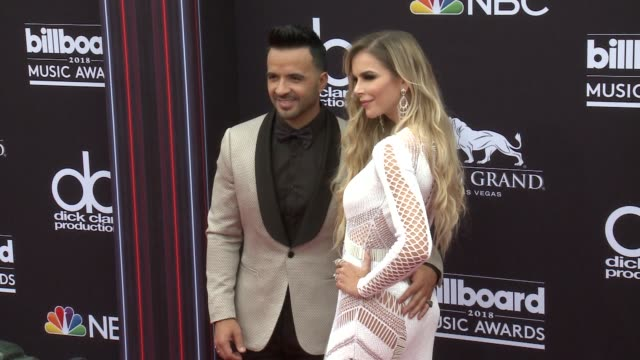 luis fonsi and águeda lópez at the 2018 billboard music awards - arrivals on may 20, 2018 in las vegas, nevada. - アゲダ・ロペス点の映像素材/bロール