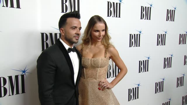 luis fonsi and residente honored at the 25th annual bmi latin awards at the beverly wilshire four seasons hotel on march 20, 2018 in beverly hills,... - アゲダ・ロペス点の映像素材/bロール