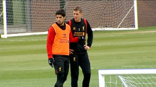vidéos et rushes de luis suarez banned for 10 games following biting incident; liverpool: various of luis suarez at training session with other liverpool players john... - mordre