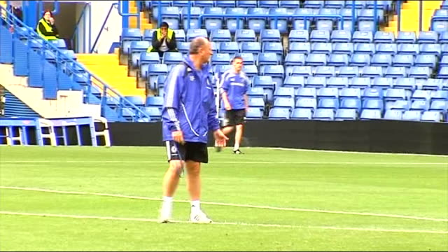 luiz felipe scolari sacked as chelsea manager date unknown day scolari training with players on pitch - スタンフォードブリッジ点の映像素材/bロール