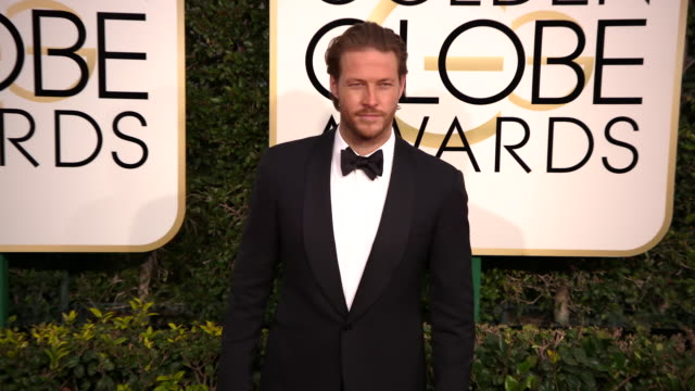 luke bracey at the 74th annual golden globe awards arrivals at the beverly hilton hotel on january 08 2017 in beverly hills california 4k - ビバリーヒルトンホテル点の映像素材/bロール