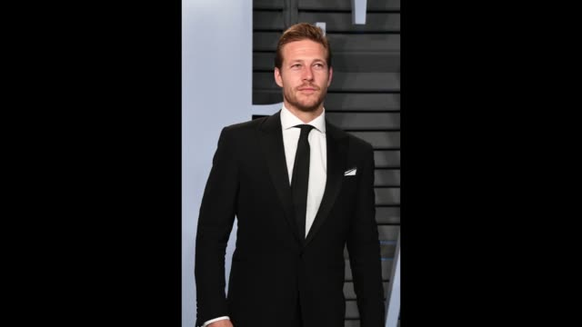vídeos de stock, filmes e b-roll de luke bracey attends the 2018 vanity fair oscar party hosted by radhika jones at the wallis annenberg center for the performing arts on march 4 2018... - vanity fair oscar party