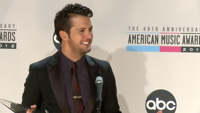 vídeos de stock e filmes b-roll de luke bryan on who he thanked for the award at the 40th american music awards press room on in los angeles ca - american music awards