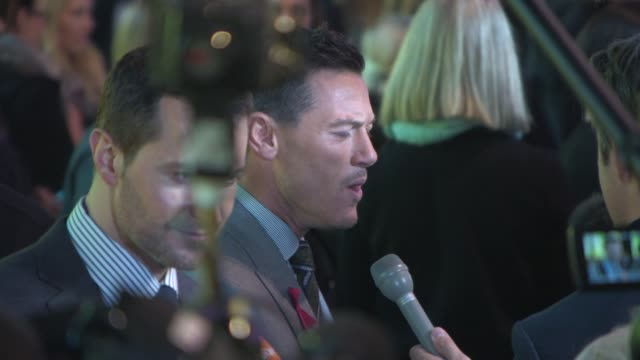 luke evans at 'the hobbit: the battle of the five armies' world premiere at odeon leicester square on december 01, 2014 in london, england. - the hobbit: the battle of the five armies stock videos & royalty-free footage