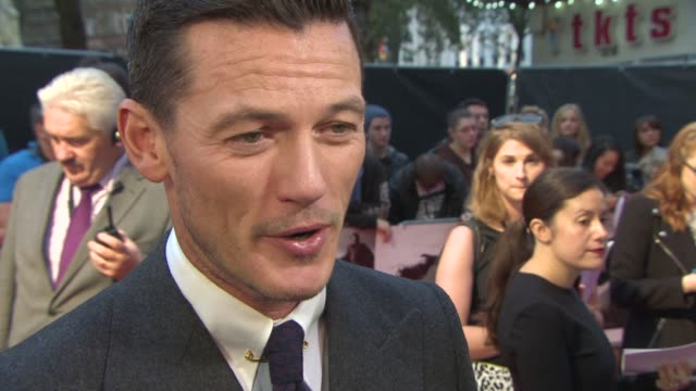 """stockvideo's en b-roll-footage met luke evans on the """"real"""" dracula, romance in the film and dealing with the fight scenes at 'dracula untold' uk premiere at odeon leicester square on... - graaf dracula"""