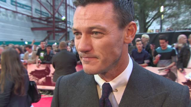 stockvideo's en b-roll-footage met luke evans on whether his dracula is sexy and life as a leading man at 'dracula untold' uk premiere at odeon leicester square on october 01, 2014 in... - graaf dracula