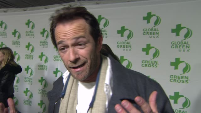 vídeos de stock e filmes b-roll de interview luke perry on what he appreciates about the work global green usa is doing how he feels about their hurricane sandy relief efforts what he... - festa do óscar