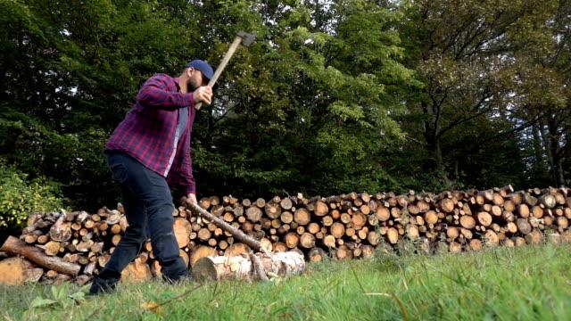 Holzfäller mit Axt