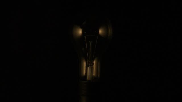 vídeos de stock, filmes e b-roll de luminous electric bulb. - filamento