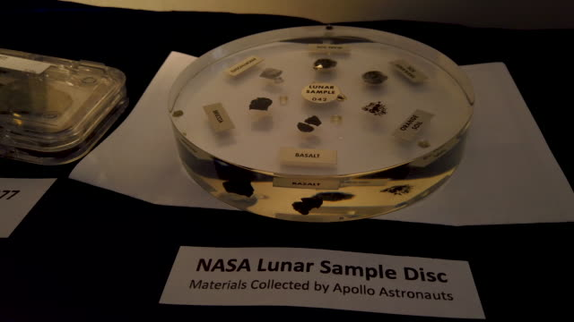 vídeos de stock, filmes e b-roll de lunar rock samples are on display during discover the moon day at the smithsonian air and space museum july 19, 2019 in washington, dc. it marks the... - espaço e astronomia