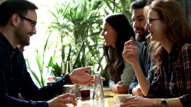 vídeos y material grabado en eventos de stock de almuerzo en un restaurante - comida del mediodía