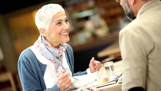 vídeos y material grabado en eventos de stock de almuerzo en un restaurante - mujeres de mediana edad