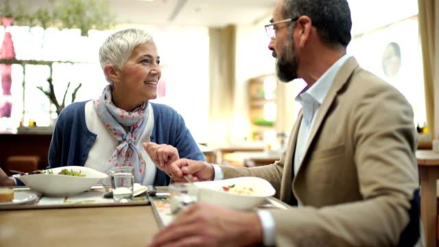 vidéos et rushes de pause déjeuner à un restaurant gastronomique - femmes d'âge moyen
