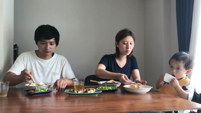 lunch time for 3 people family - 昼食点の映像素材/bロール