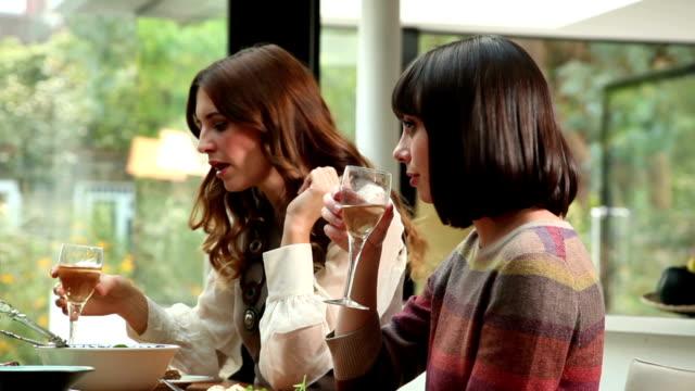 Mittagessen, Wein und sich mit Freunden unterhalten.