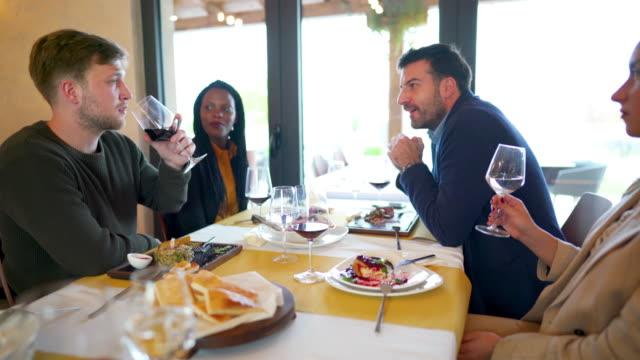 vidéos et rushes de déjeuner avec des collègues. c'est plus que manger. - déjeuner