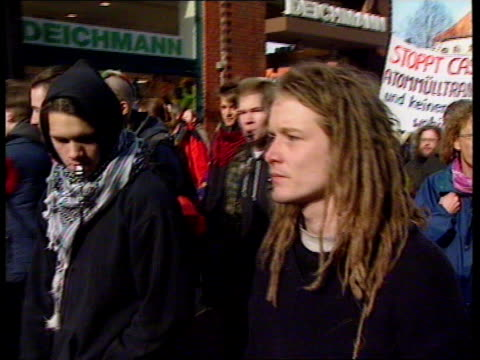 luneburg: anti-nuclear protesters marching : airv mass march l-r: lms statue in midst of protesters: - リューネブルグ点の映像素材/bロール