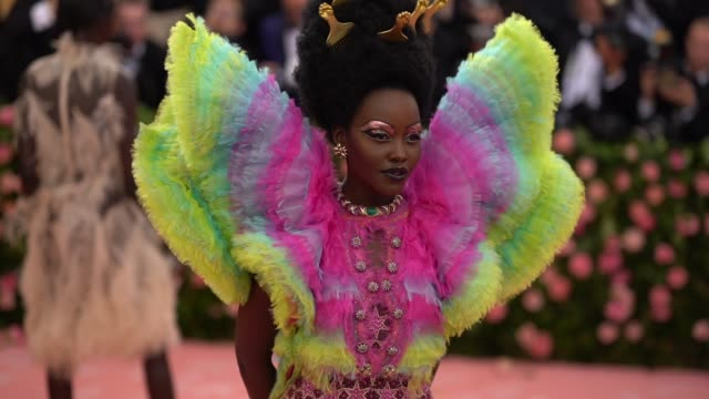 vídeos de stock e filmes b-roll de lupita nyong'o at the 2019 met gala celebrating camp: notes on fashion - arrivals at metropolitan museum of art on may 06, 2019 in new york city. - gala